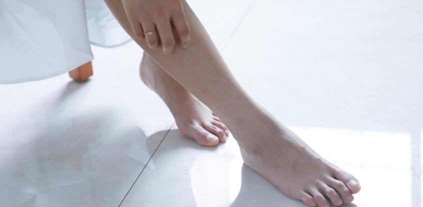 Bunica 80 tratează articulațiile picioarelor