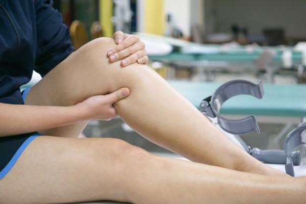 umflarea articulației genunchiului doare