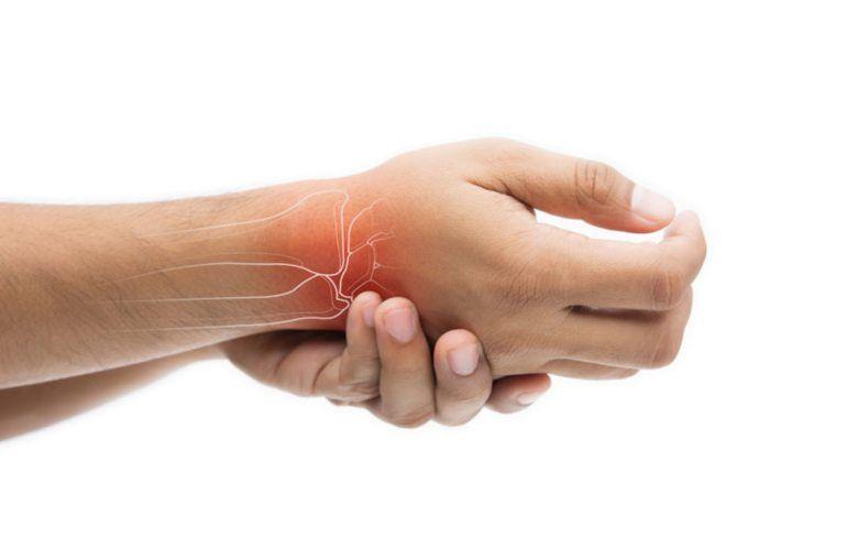 articulațiile sunt umflate și dureroase pe mâini