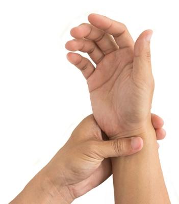Artroza mainilor: de ce apare si cum se trateaza, Cum se manifesta artroza la nivelul mainilor?